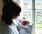 Lída Formanová se synkem u okna v náručí foto