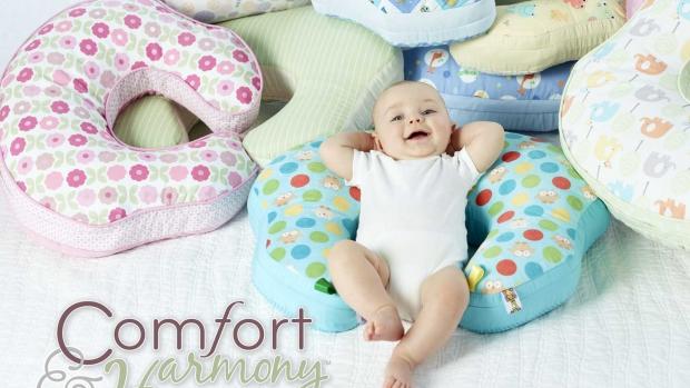 Moderní maminky i miminka milují MomboTM kojící polštář od Bright StartsTM - obrázek