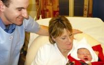 První vykoupání novorozeného děťátka  - obrázek