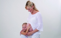 těhotná žena s dítětem